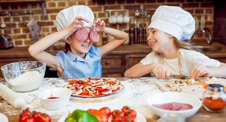 Come fare la pizza fatta in casa con i bambini