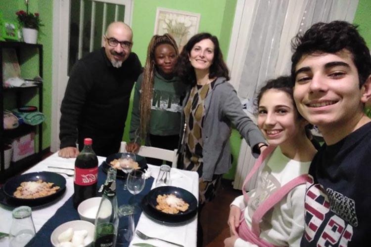 dinehome-cena-studente-interculturale